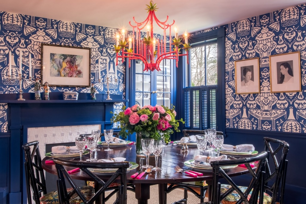 blue-and-white-ginger-jar-david-hicks-the-vase-wallpaper-dining-room-faux-bamboo-pagoda-chandelier